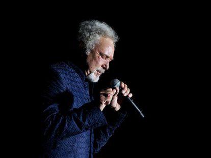 El cantante Galés Tom Jones durante el concierto
