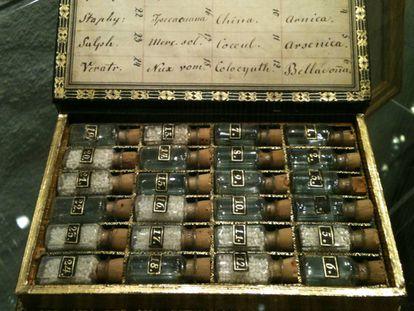 Farmacia de bolsillo homeopática de la herencia de Samuel Hahnneman, inventor de la homeopatía.