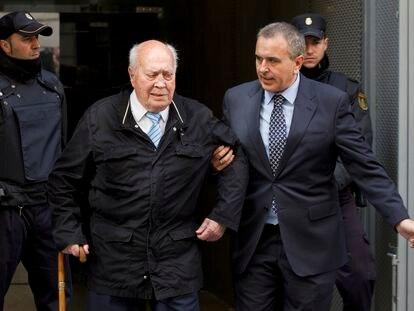 Álvaro Lapuerta, extesorero del PP, sale de la Audiencia Nacional tras recoger el auto de apertura del juicio oral, en 2015.
