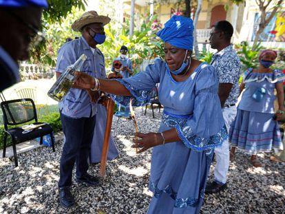 Una sacerdotisa realiza un ritual en uno de los templos vudú de Puerto Príncipe, en Haití.