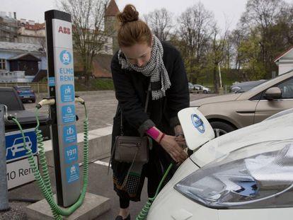 Una usuario de coche eléctrico en Tallin, Estonia.