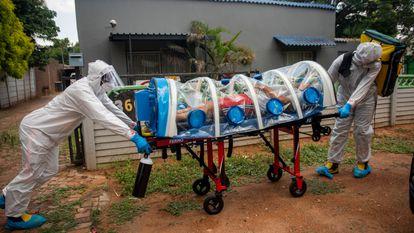 Traslado de un posible enfermo de covid en Pretoria, Sudáfrica, el pasado 15 de enero.