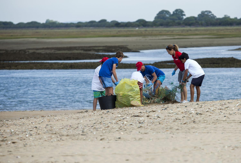 Limpieza de costas organizada por la fundación Ecomar en Punta Umbría como parte del proyecto Mares Circulares de Coca Cola.