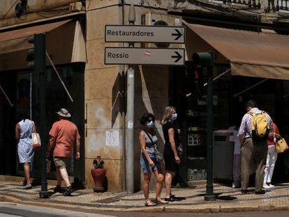 Varias personas en una calle comercial de Lisboa, el jueves.