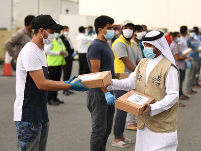 Voluntarios reparten comida a trabajadores migrantes por el Ramadán el 28 de abril en Dubái.