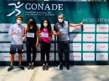 El equipo mexicano de clavados tras ser vacunado, este jueves en Ciudad de México.