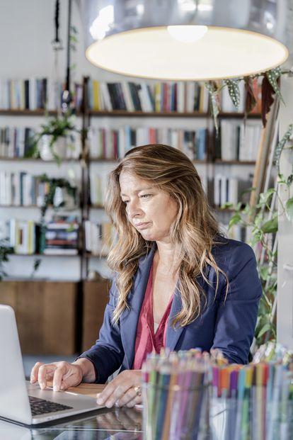 La escritora Lia Piano trabajando en su casa de Génova.