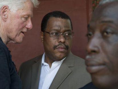 Bill Clinton habla con Garry Conille, en Puerto Príncipe, en agosto.