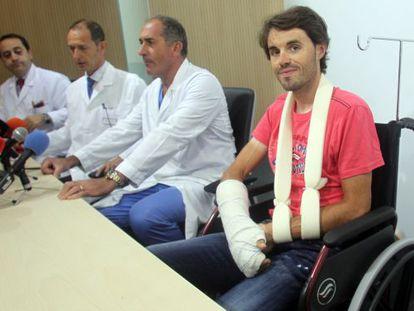 Samuel Sánchez junto a los médicos que le han atendido