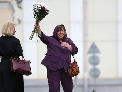 La premio Nobel de Literatura Svetlana Alexievich saluda a sus simpatizantes a su llegada a una comisión oficial bielorrusa para ser interrogada por las protestas opositoras.