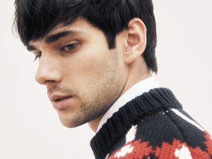 El actor, con camisa y jersey Prada, está viviendo su momento. Ahora, interpreta a Nuño en la serie 'El Cid'.