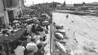 Entierro de las víctimas de la tromba de agua en Yebra ( Guadalajara), el 11 de agosto de 1995.