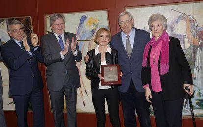 Elena Recalde, Ignacio Latierro y Rosa Cuezva reciben del ministro Méndez de Vigo la Orden Civil de Alfonso X El Sabio.