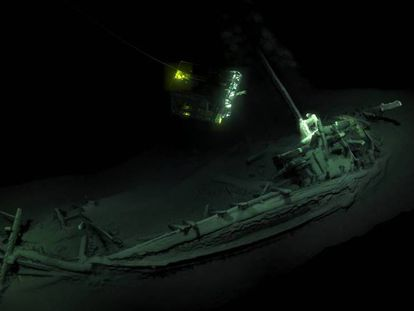 Simulación en 3D del pecio de 2.400 años de antigüedad hallado en el fondo del mar Negro. En el vídeo figuran imágenes del hallazgo actual y de otros pecios investigados en la misma expedición.