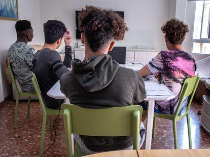 Menores extranjeros no acompañados en uno de los pisos tutelados de la Generalitat Valenciana.