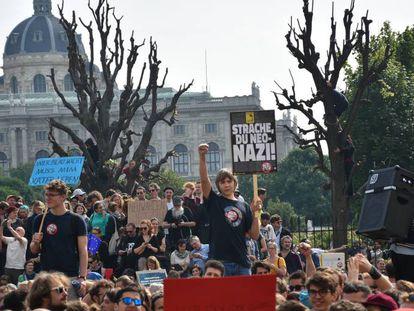 Manifestantes exigen la salida del Gobierno del líder de la ultraderecha, Heinz-Christian Strache, y de su partido, el 18 de mayo en Viena.