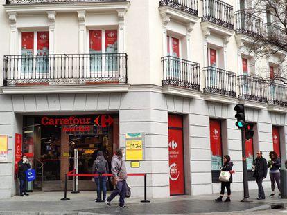 Un Carrefour Market de Madrid capital, con restricciones de entrada para impedir aglomeraciones.