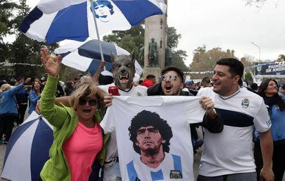 Los aficionados de Gimnasia y Esgrima esperan la llegada de Maradona.
