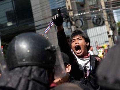 Un manifestante grita lemas contra el Gobierno frente a la sede del partido de la primera ministra Yingluck Shinawatra, en Bangkok.