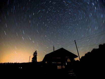 Fotografía de larga exposición durante una noche de estrellas fugaces