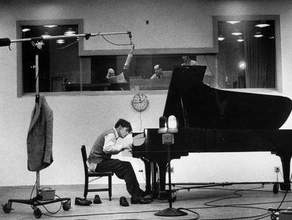 El pianista Glenn Gould toca el piano en unas grabaciones de Bach.