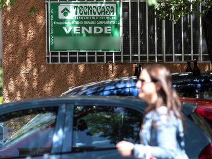 Un cartel de venta en una vivienda de Madrid.