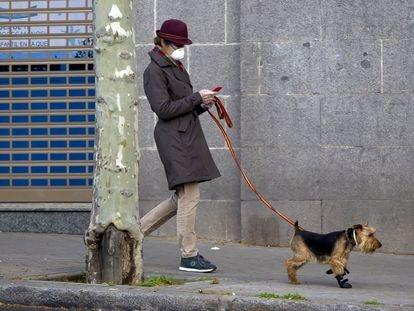 La Infanta Elena sale a pasear a su mascota durante protegida con mascarilla y guantes, en Madrid a 19 de Marzo de 2020. PERRO;SOMBRERO;MASCARILLA;CORREA;GUANTES LATEX Jose Velasco / Europa Press 19/03/2020