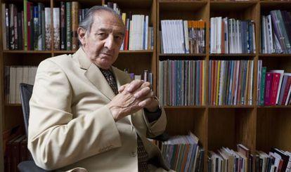 Eduardo Lizalde, en su despacho de la Biblioteca de México.
