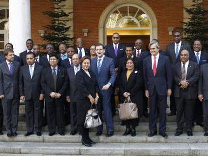 Rajoy posa para la foto de familia con los representantes permanentes ante la ONU de una treintena de países.