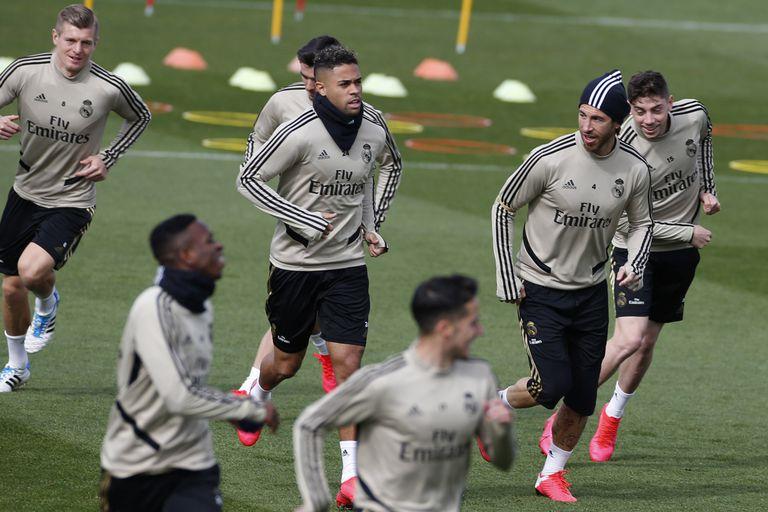 Los jugadores del Real Madrid se ejercitan durante un entrenamiento en Valdebebas, el pasado mes de marzo.