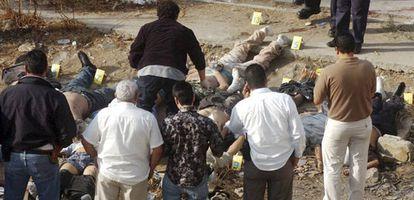 Los forenses trabajan junto a 12 de los 17 cadáveres hallados en Tijuana este lunes.