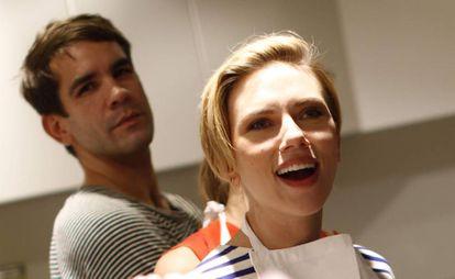 Scarlett Johansson y, al fondo, Romain Dauriac, el pasado mes de octubre.