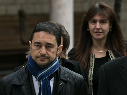 El consejero de Territorio, Damià Calvet, y la diputada Laura Borràs, en una imagen de archivo
