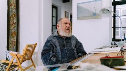 El artista Guillermo Pérez Villalta, en su estudio de Tarifa (Cádiz).
