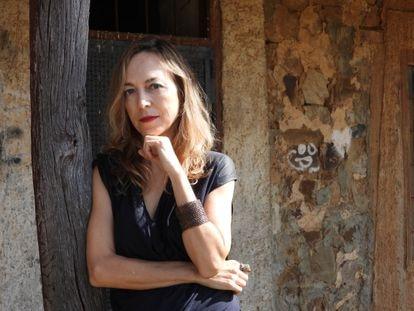La escritora Marta del Riego en su ambiente favorito: el rústico