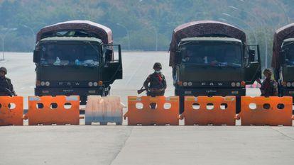 Varios soldados bloquean una carretera hacia el Parlamento de Myanmar, este lunes.