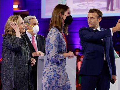 El presidente francés, Emmanuel Macron, saluda a la exsecretaria de Estado Hillary Clinton (izquierda) y a la activista chilena Julieta Martínez en el Foro Generación Igualdad en París, este miércoles.