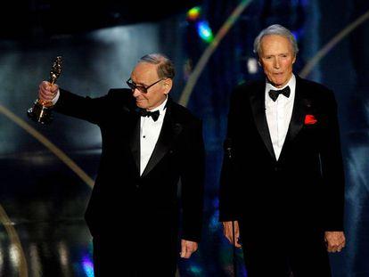 Ennio Morricone recogiendo el Oscar honorífico que le entregó Clint Eastwood en 2007.
