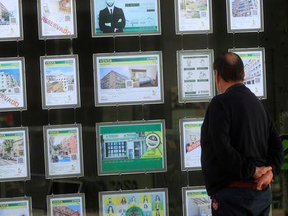 Un hombre mira el escaparate de una inmobiliaria de Madrid.
