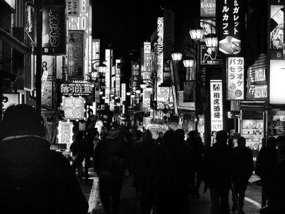'Night Shinjuku',  el centro administrativo y comercial de Tokyo de noche, fotografiado por Moriyama en 2018.