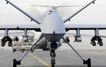 Un dron, pequeño helicóptero teledirigido.