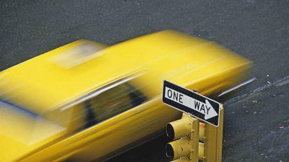 Un taxi en movimiento en Manhattan, Nueva York.