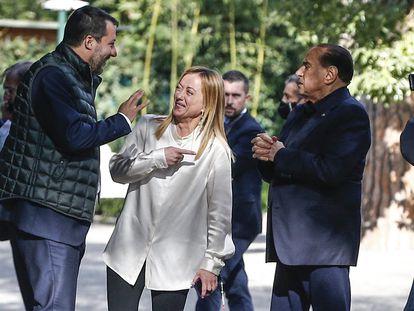 Silvio Berlusconi recibe en su villa de la Via Appia romana a Giorgia Meloni y Matteo Salvini.