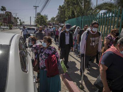 Decenas de personas esperan en fila para ser vacunadas contra la covid-19 en Tijuana, Baja California, el pasado 12 de junio.