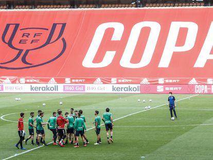 Los jugadores de la Real, durante el último entrenamiento en La Cartuja. / ALEJANDRO RUESGA