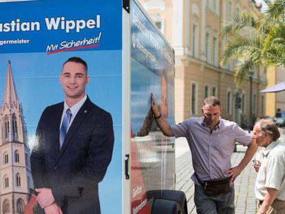 El candidato a la alcaldía de Görlitz de Alternativa por Alemania, Sebastian Wippel (izquierda) hace campaña en una palza de la ciudad del este de Alemania el pasado martes.