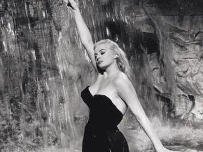 La actriz bañándose en la Fontana de Trevi, la imagen más famosa de 'La Dolce Vita'.