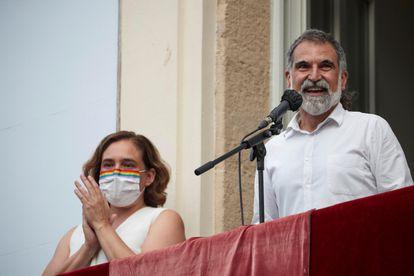 La alcaldesa de Barcelona, Ada Colau, junto al presidente de Òmnium, Jordi Cuixart, durante el pregón de la fiestas de Gràcia.