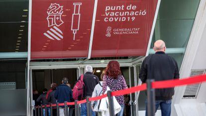 Ciudadanos en la cola para vacunarse contra la covid-19 en el Museo Príncipe Felipe de Valencia.