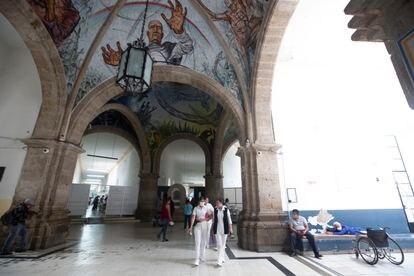 El repartidor del hospital, que se construyó en 1792, da entrada a nueve salas con cientos de pacientes.